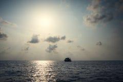 Yate en el océano en la puesta del sol maldives El Océano Índico Imágenes de archivo libres de regalías