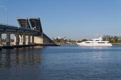 Yate en el puente levadizo Fotografía de archivo