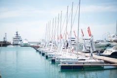 Yate en el puerto de Sochi fotos de archivo