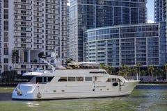 Yate en el río de Miami Imágenes de archivo libres de regalías