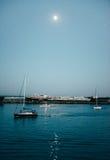 Yate en la bahía de la tarde Imagenes de archivo