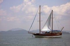 Yate en la bahía de Phang Nga imagenes de archivo