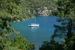 Yate en la bahía de Turquía cerca de Fethiye imágenes de archivo libres de regalías