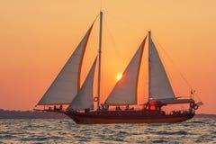 Yate en la puesta del sol Fotos de archivo