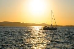 Yate en puesta del sol Fotografía de archivo libre de regalías