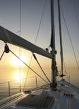 Yate en un mar pacífico Foto de archivo libre de regalías
