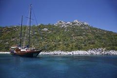 Yate en una bahía mediterranan Fotografía de archivo