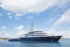 Yate estupendo o mega grande de lujo del motor en el mar azul Imagenes de archivo