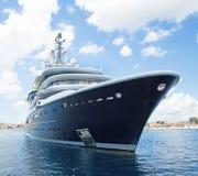 Yate estupendo o mega grande de lujo del motor en el mar azul Imágenes de archivo libres de regalías