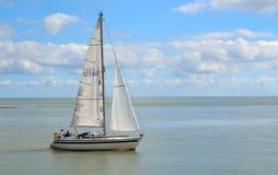 Yate que deja el transbordador de Felixstowe en la boca del río Deben imagenes de archivo