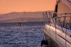 Yate que descansa en Croacia, verano Fotografía de archivo