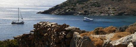 Yate que se coloca en el medio de bahía silenciosa encendido Foto de archivo