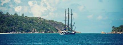 Yate recreativo en la costa de Seychelles fotos de archivo