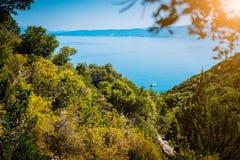 Yate solo entre las colinas en la laguna ocultada de la playa de Fteri, Kefalonia, Grecia fotos de archivo libres de regalías