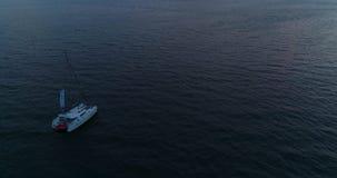 Yate solo, navegación del catamarán en el mar al sol en la puesta del sol almacen de video