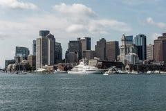 Yate y barcos de navegación en Charles River delante del horizonte de Boston en Massachusetts los E.E.U.U. en un día de verano so foto de archivo libre de regalías