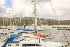 Yates amarrados en distrito del lago de la bahía del bowness del windermere imagenes de archivo