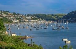 Yates amarrados en el estuario del dardo en Kingswear y Dartmouth Foto de archivo