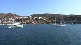 Yates anclados en el puerto de Pythagorio en la isla de Samos almacen de video