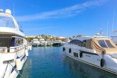 Yates anclados en el puerto Pierre Canto en Cannes Imagenes de archivo