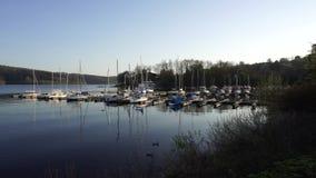 Yates blancos de los barcos en Pier Harbor, lago Sorpesee, Alemania almacen de video