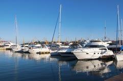 yates blancos en el puerto Fotos de archivo libres de regalías