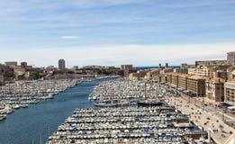 Yates blancos en el puerto viejo de Vieux en el centro de ciudad de Marseil fotografía de archivo
