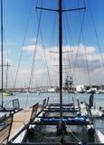 Yates cerca de la orilla en el puerto, la ciudad de Alicante foto de archivo