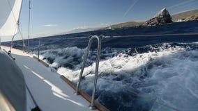Yates de la nave en el mar abierto Barcos de lujo almacen de video