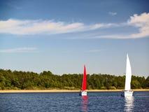 Yates de la navegación en el lago Foto de archivo
