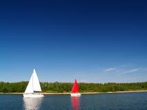 Yates de la navegación en el lago Foto de archivo libre de regalías
