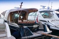 Yates de lujo amarrados en el puerto deportivo Foto de archivo libre de regalías