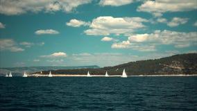 Yates de lujo de los veleros con las velas blancas en el mar almacen de video