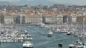 Yates de lujo que van a abrir el mar Mediterráneo del puerto viejo de Marsella, Francia almacen de metraje de vídeo
