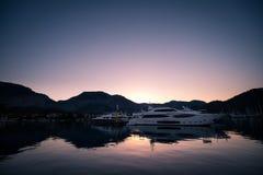Yates en bahía con la luz de la mañana Imagen de archivo