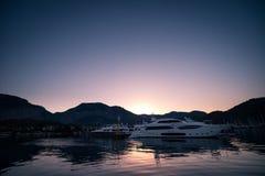 Yates en bahía con la luz de la mañana Imagenes de archivo