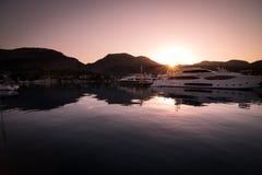 Yates en bahía con la luz de la mañana Fotografía de archivo libre de regalías