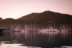 Yates en bahía con la luz de la mañana Imágenes de archivo libres de regalías