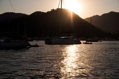 Yates en bahía con la luz de la tarde Foto de archivo libre de regalías