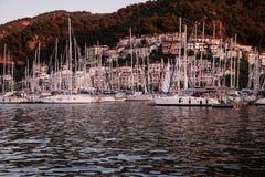 Yates en bahía con la luz de la tarde Foto de archivo