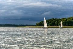 Yates en el agua momentos antes de la tormenta Imagen de archivo