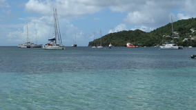 Yates en el ancla en la bahía del ministerio de marina almacen de metraje de vídeo