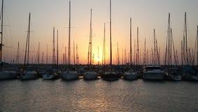 Yates en el embarcadero en la puesta del sol almacen de video