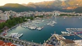 Yates en el embarcadero Visión desde arriba Budva, Montenegro almacen de metraje de vídeo