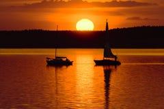 Yates en el lago en el tiempo de la puesta del sol Fotografía de archivo
