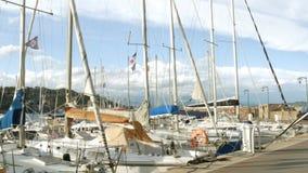 Yates en el mar Mediterráneo - 4 K almacen de video