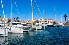 Yates en el puerto deportivo de Empuriabrava, España Foto de archivo