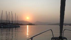 Yates en el puerto deportivo durante puesta del sol almacen de metraje de vídeo