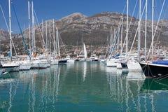 Yates en el puerto deportivo, Montenegro, mar adriático Fotos de archivo libres de regalías