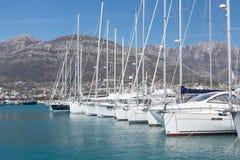 Yates en el puerto deportivo, Montenegro, mar adriático Fotografía de archivo libre de regalías
